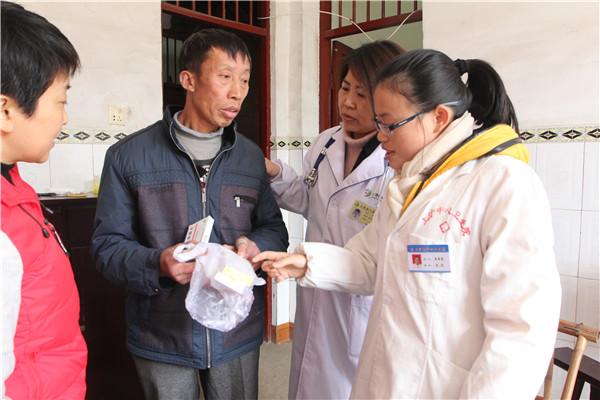 上饶县组织专家下乡送医送药