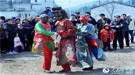 江西婺源:农民跳傩舞喜闹新春