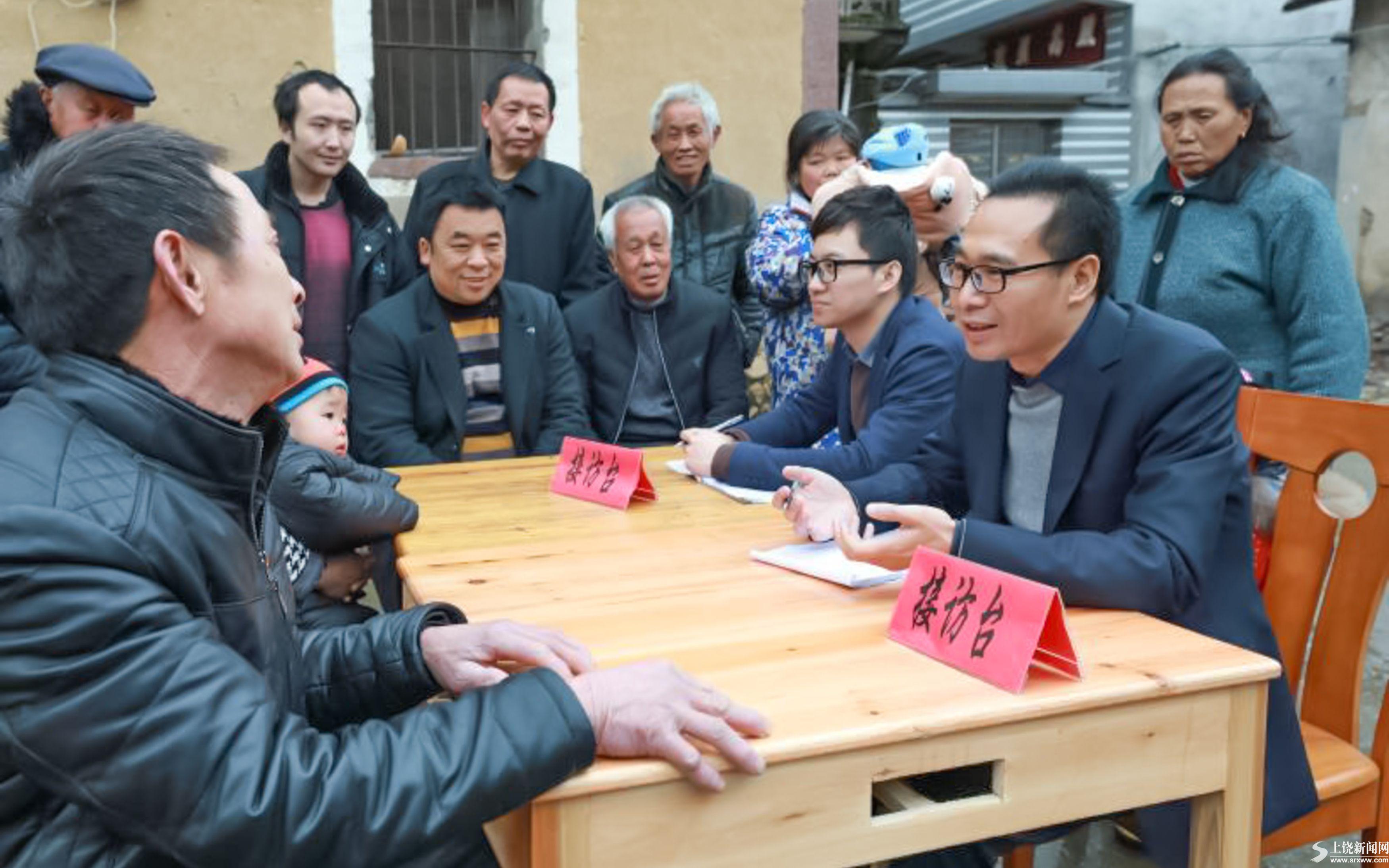 广丰区纪委组织工作人员到衫溪居委会接访