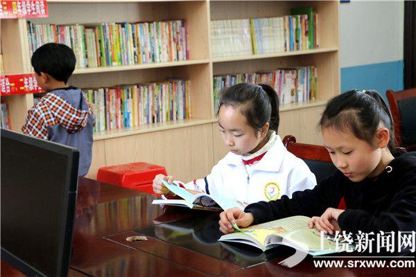孩子们正在快乐阅读。