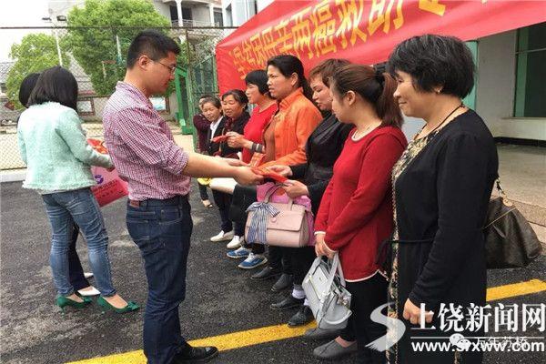 """万年县举行全国妇联""""贫困母亲两癌救助""""专项基金发放仪式"""