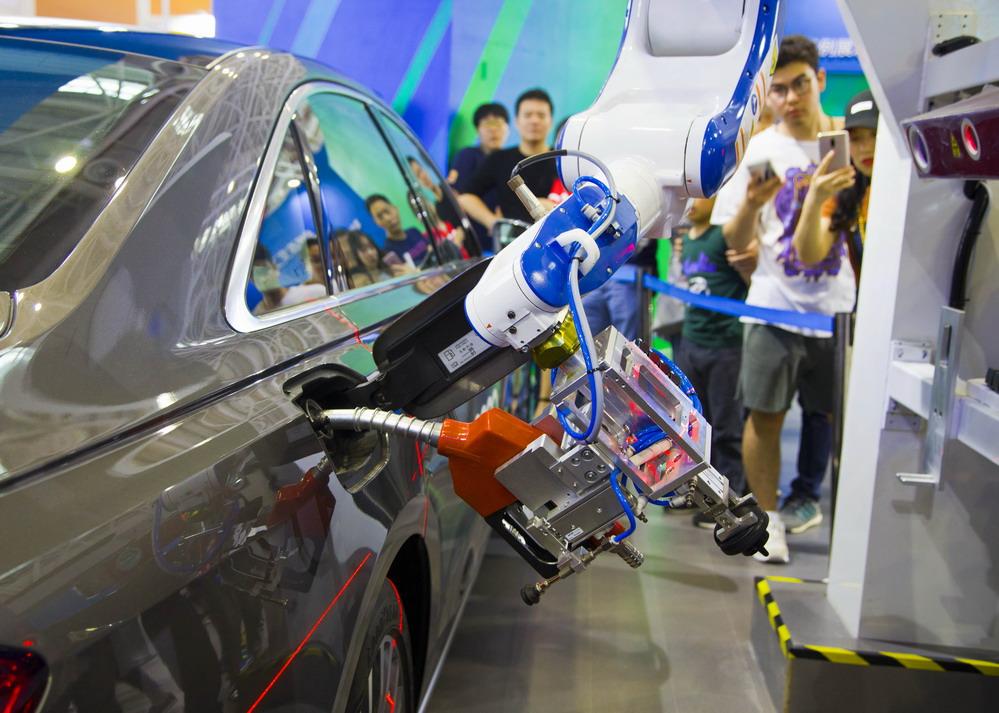 智能加油机器人亮相福州