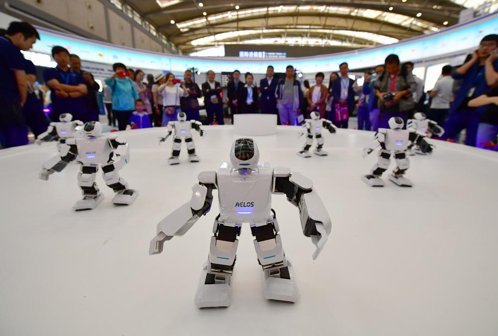"""智能机器人""""闪耀""""丝博会"""