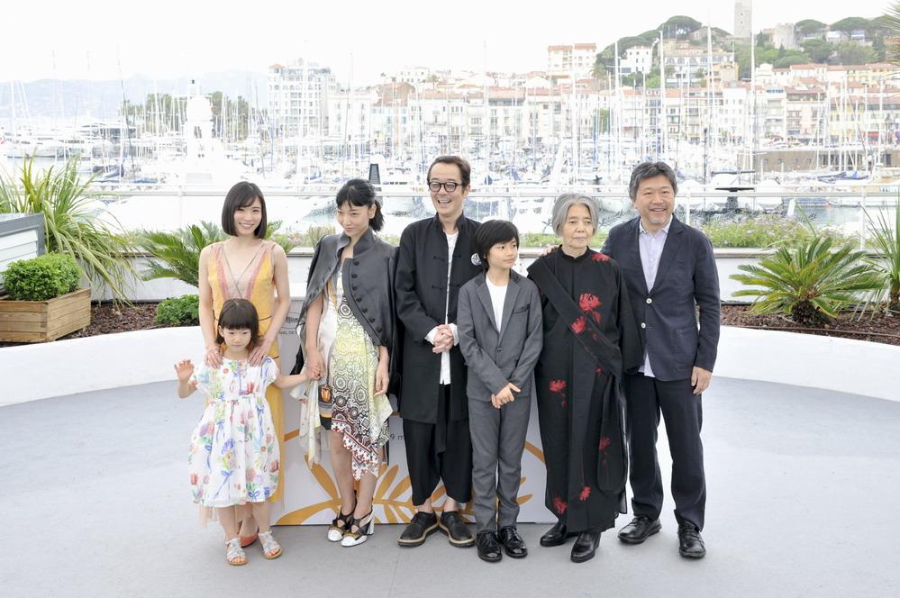 戛纳电影节主竞赛单元影片《小偷家族》主创团队亮相拍照