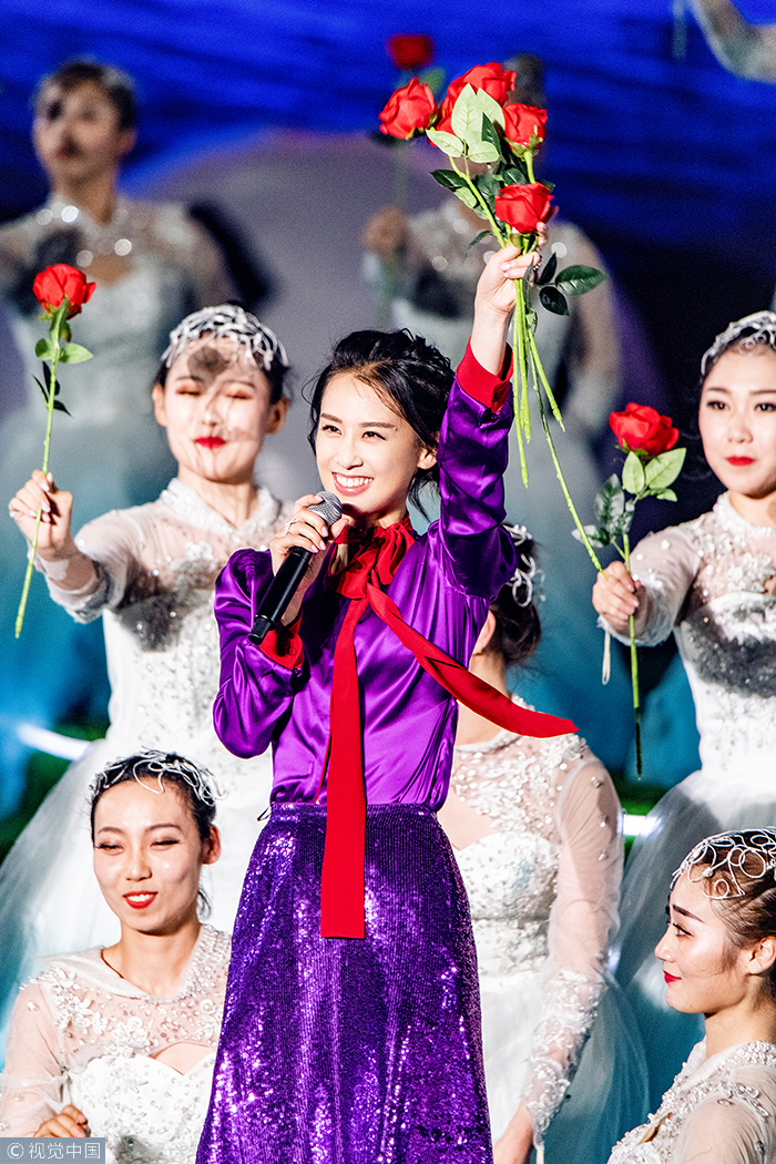 黄圣依现身央视舞台 甜美歌喉助阵世界杯