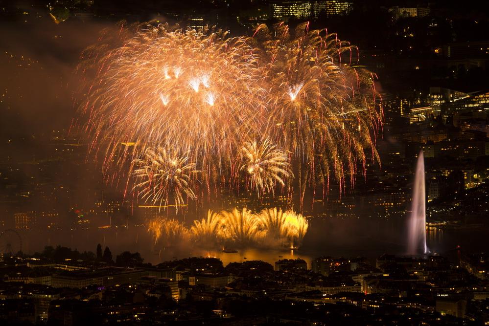 瑞士日内瓦:湖上烟花绚烂