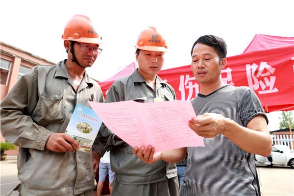 横峰县人社局干部深入企业开展普法宣传活动
