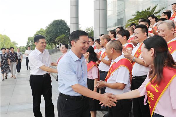 """庆祝首个""""中国医师节""""暨""""优秀医师""""发布仪式举行"""