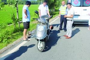 骑车老人突发病倒在路边 交警暖心救助