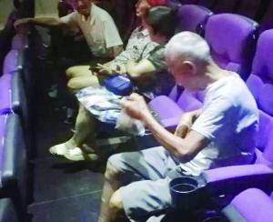 七旬乡下老人步行10公里 只为看电影《信仰者》