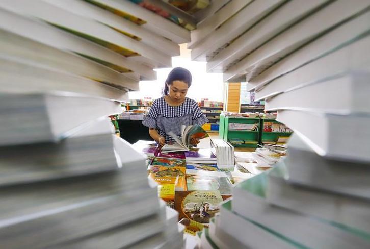 河北遵化:购图书 迎开学