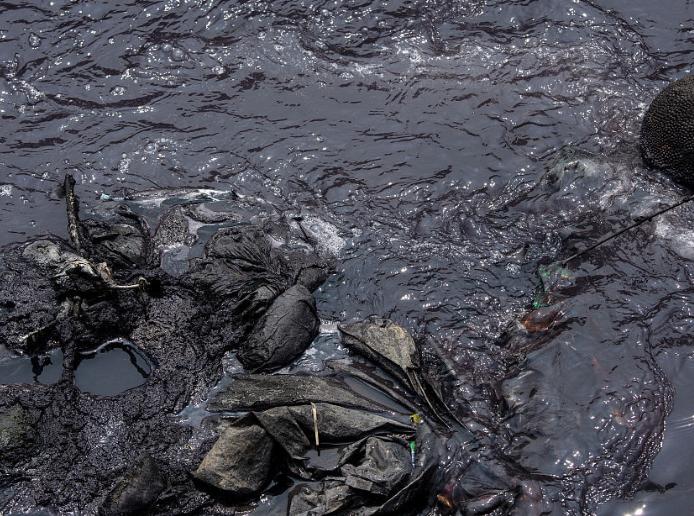 实拍印尼芝塔龙河 河水浑浊垃圾成堆