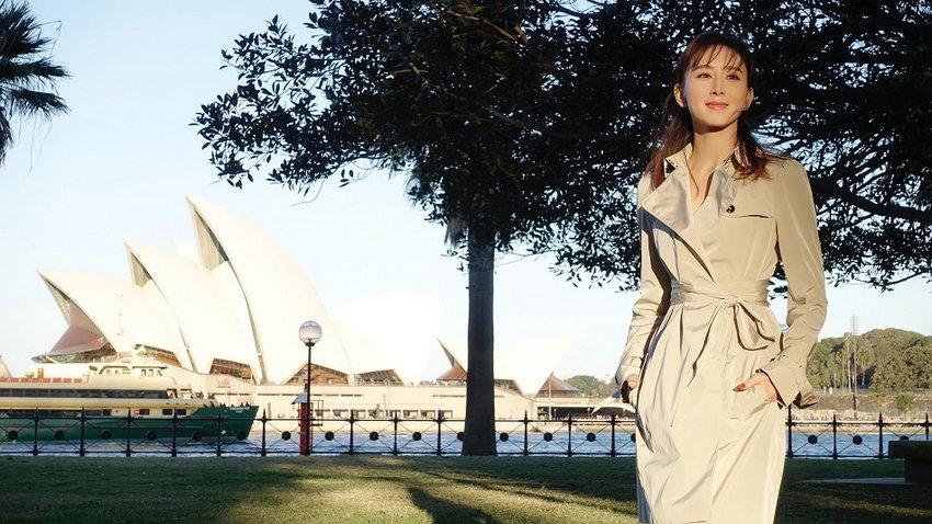胡静漫步悉尼歌剧院河畔 美景佳人相映如画