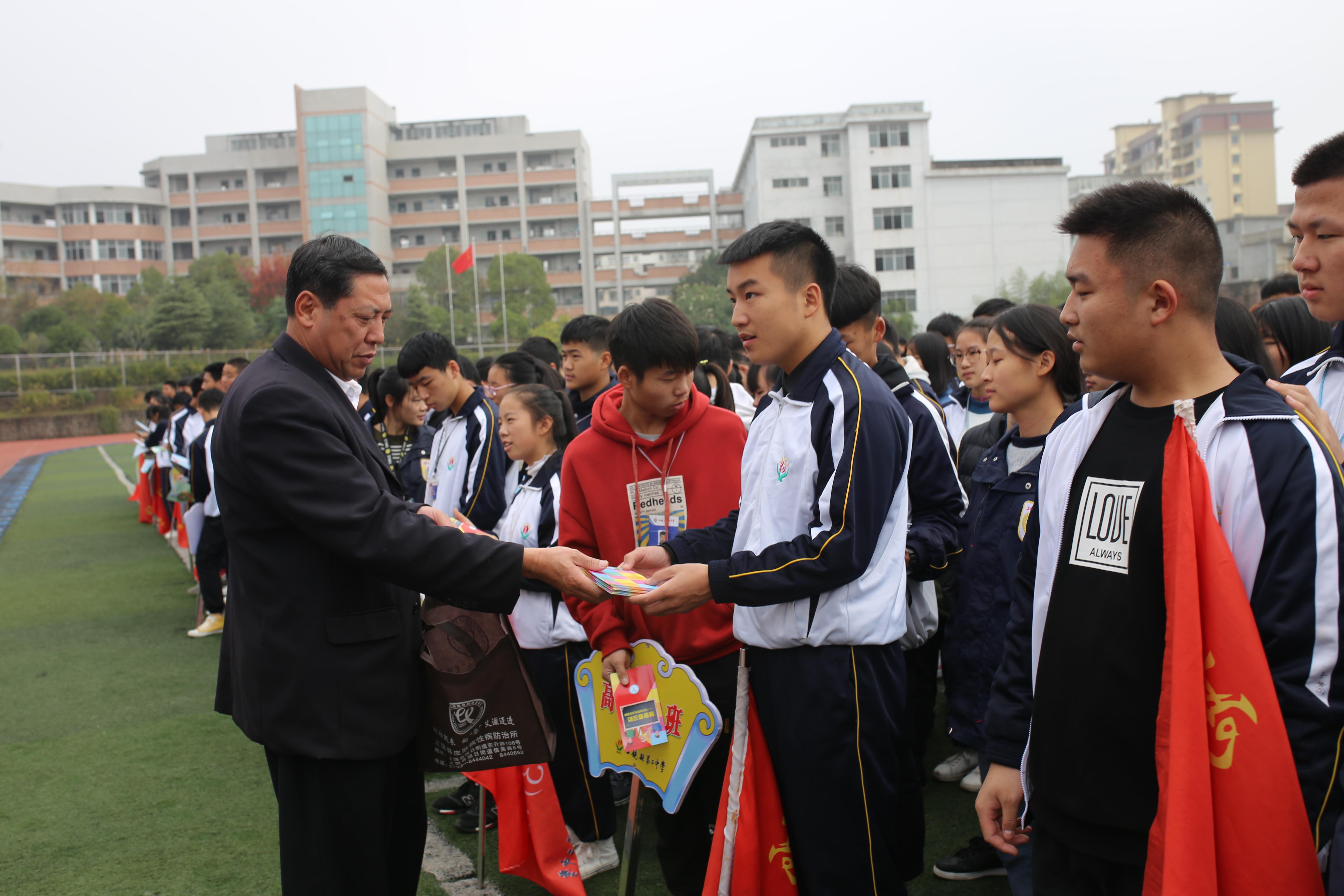 """上饶县二中开展""""世界艾滋病日""""宣传活动"""