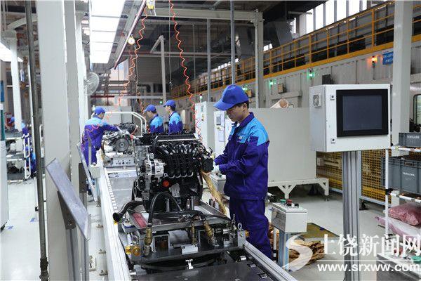 工人在组装发动机