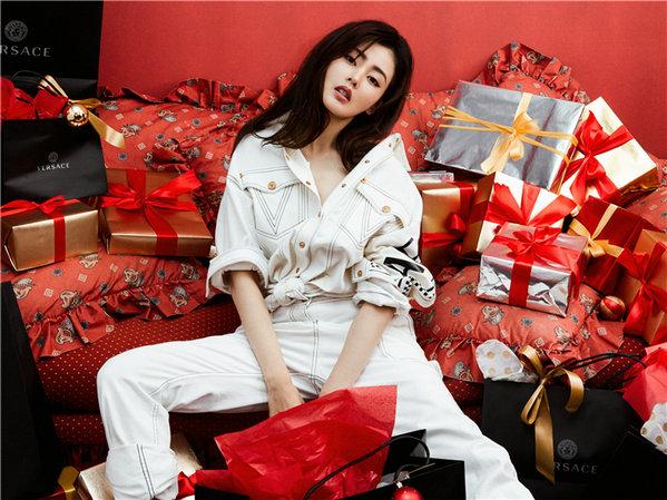 """张天爱""""圣诞风""""写真化身邪术少女"""