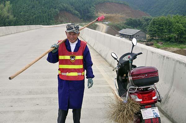 七旬老人义务护桥