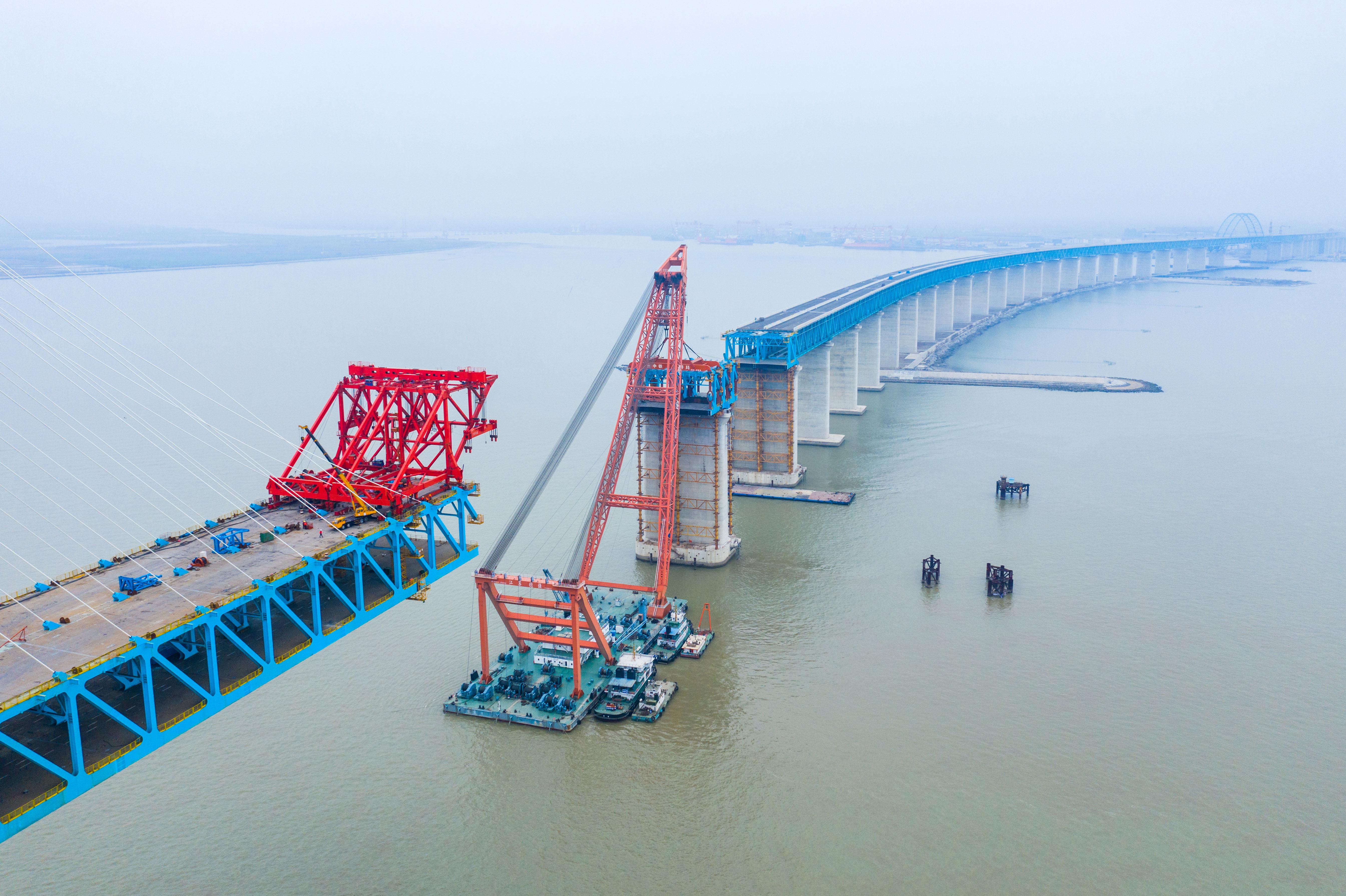沪通长江大桥主航道桥墩顶钢梁架设施工全部完成