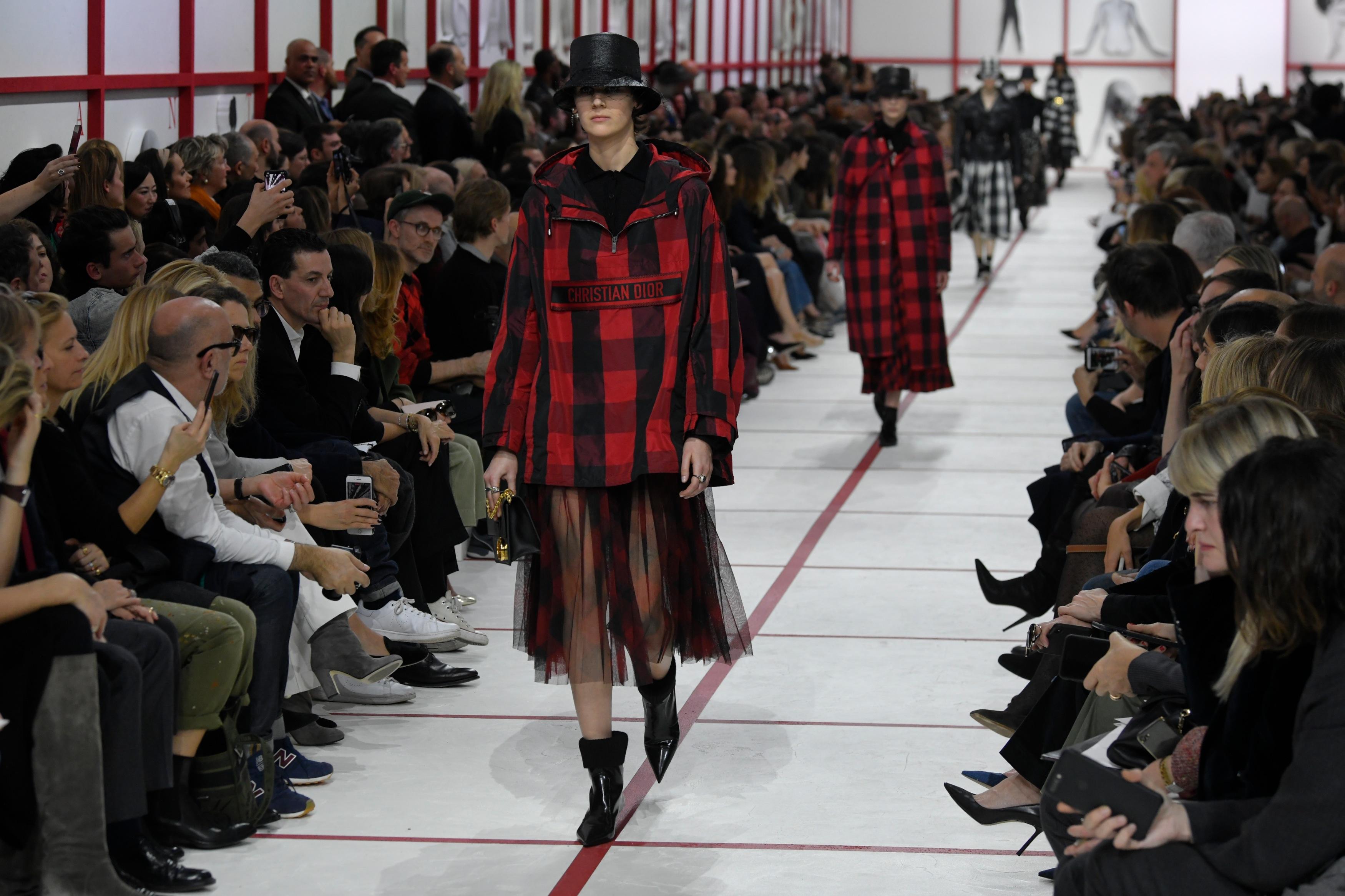 巴黎时装周:迪奥发布秋冬女装成衣新品