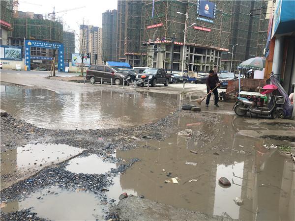 道路不平 雨天成水洼地