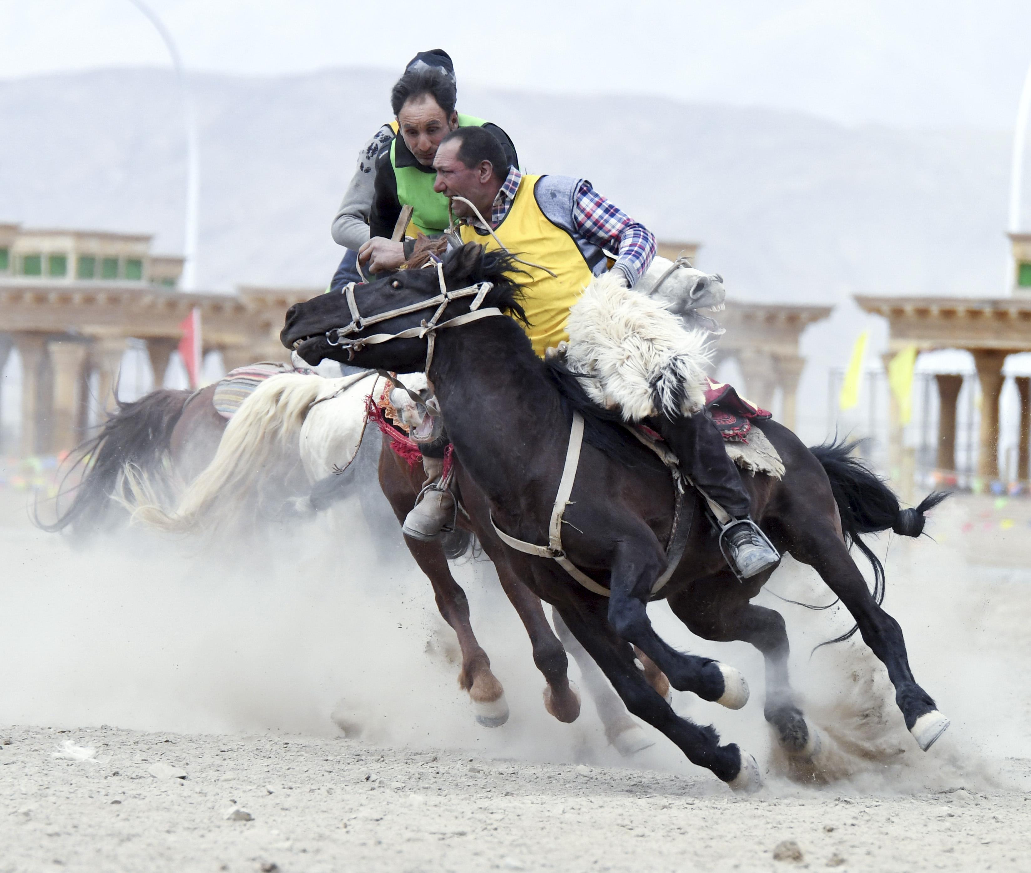 帕米尔高原上的叼羊比赛