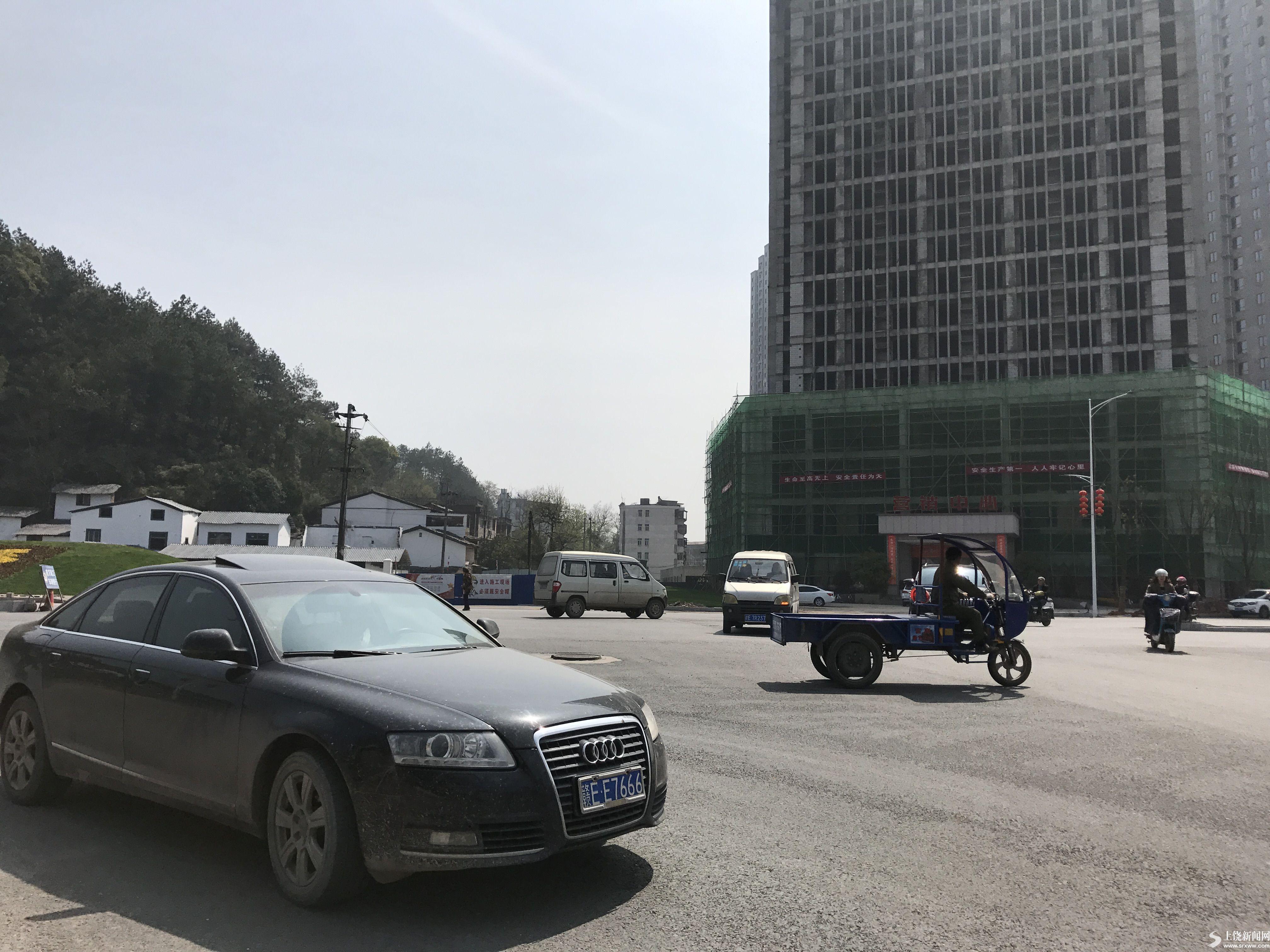 广丰路口交通混乱 市民盼安装信号灯