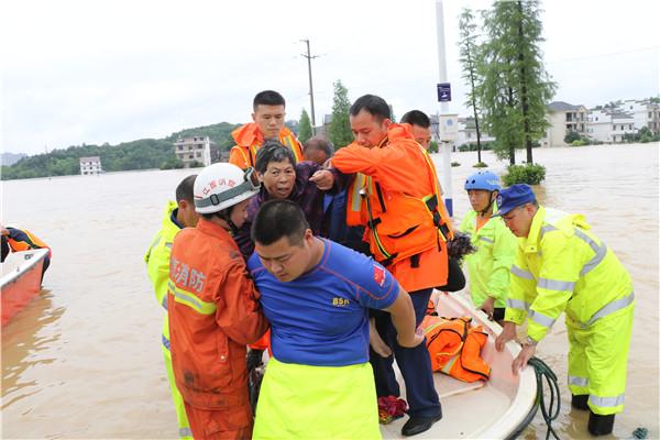 玉山干群合力抗击洪涝灾害