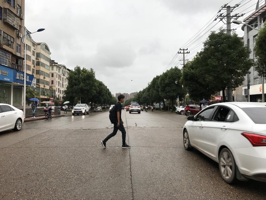 七六路人车流量大 市民望设置人行护栏