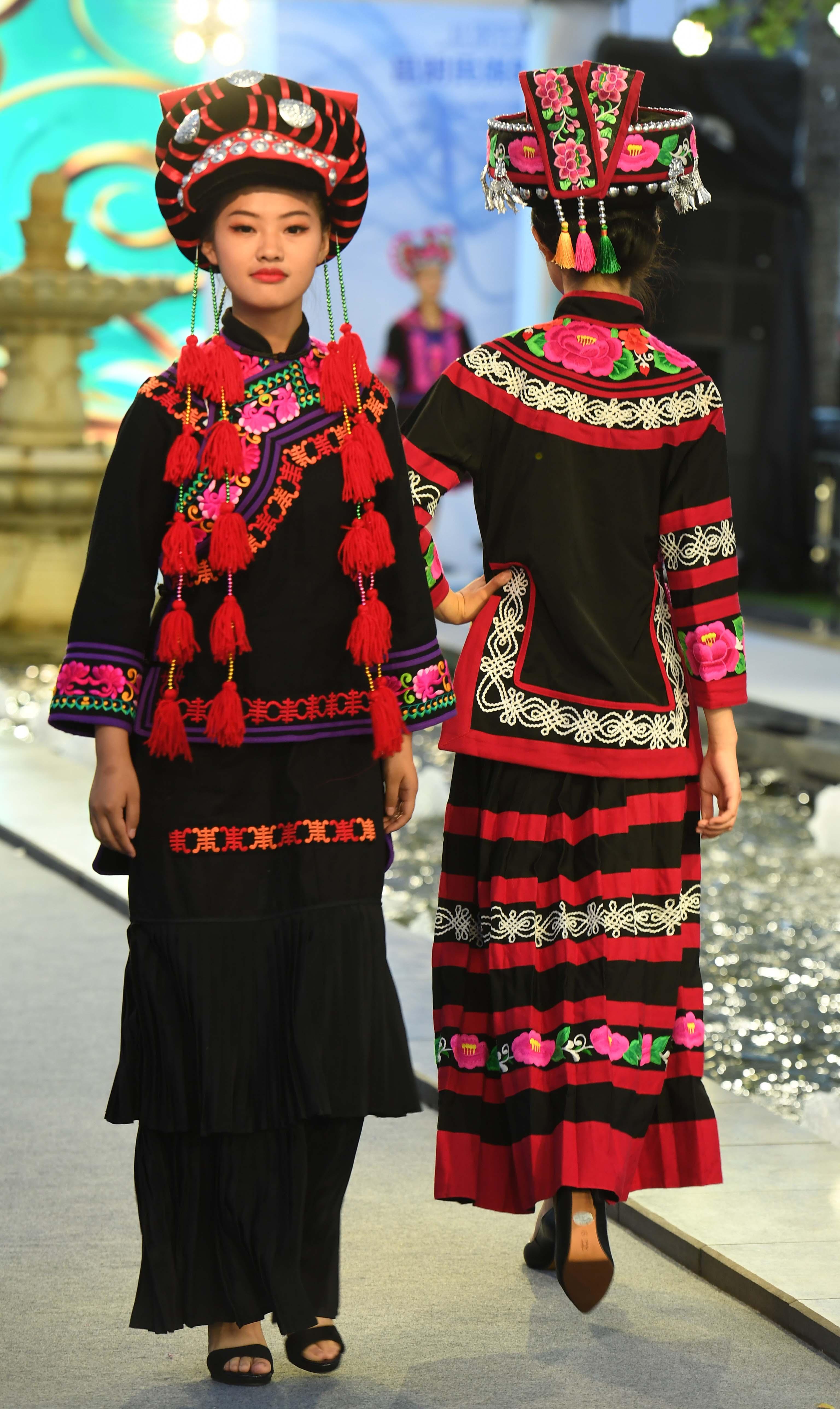 云南昆明:丝路云裳民族时装秀
