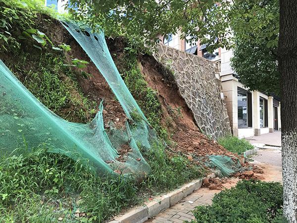 龙牙亭社区一山坡塌方十来天未处理,危险!