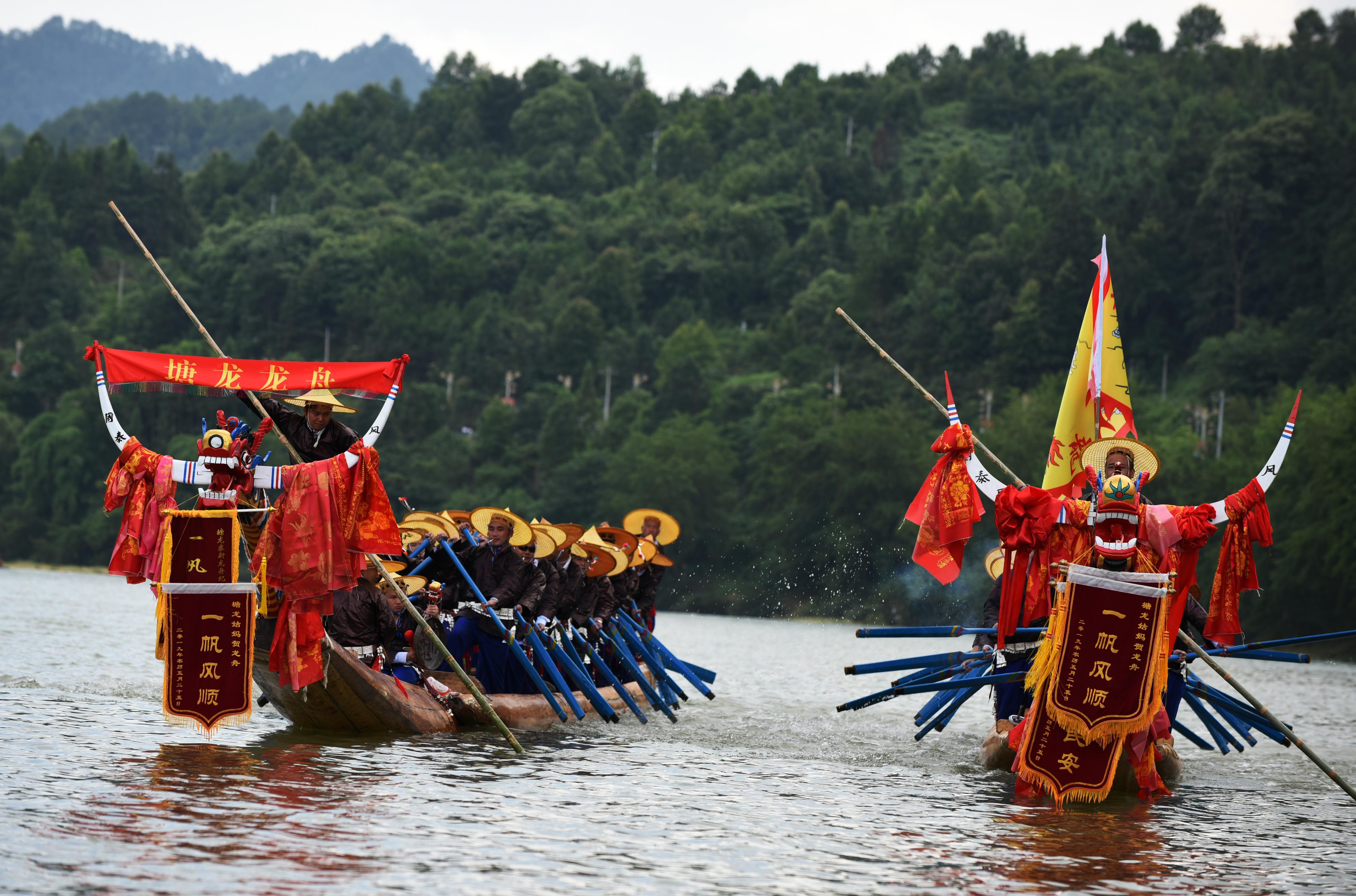 欢度苗族独木龙舟节
