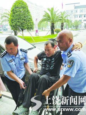 男子坐轮椅办理护照 民警将其抬入办证大厅获赞
