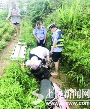 63岁老太骑车翻入3米高水沟 警民联手挽救生命