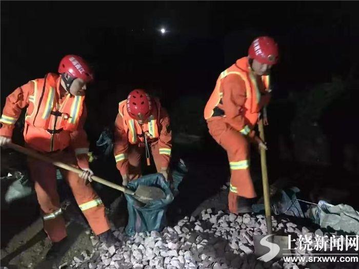 泄洪渠垮塌危及民房 消防和蓝天救援队连夜排险