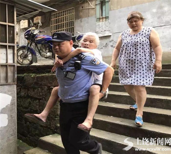 """老太街头迷路 """"暖男民警""""爬百级阶梯背其回家"""