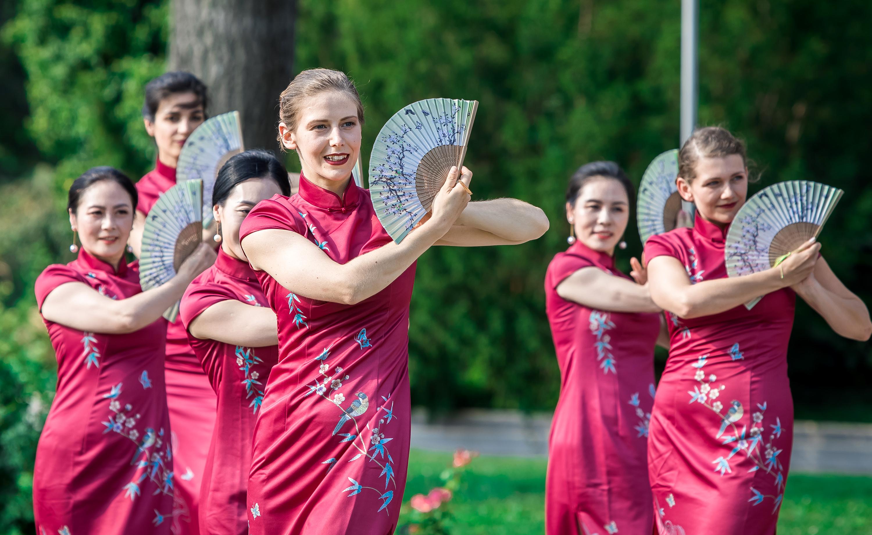 """中国旗袍""""扮靓""""多瑙河畔"""