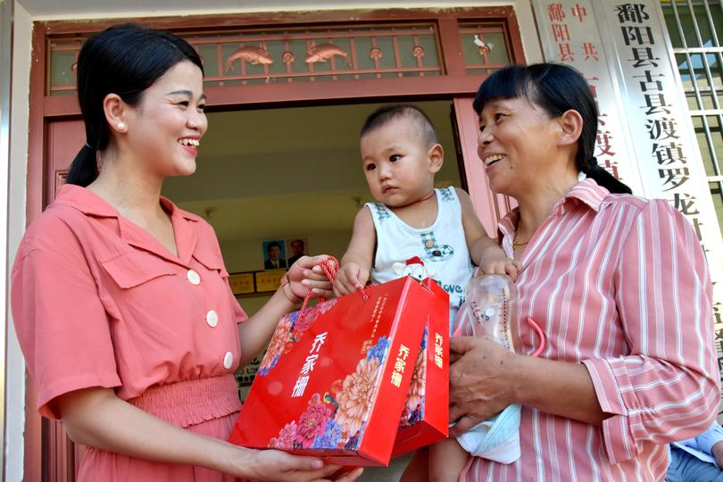 【网络中国节·中秋】鄱阳县妇联携手爱心人士给贫困户送月饼