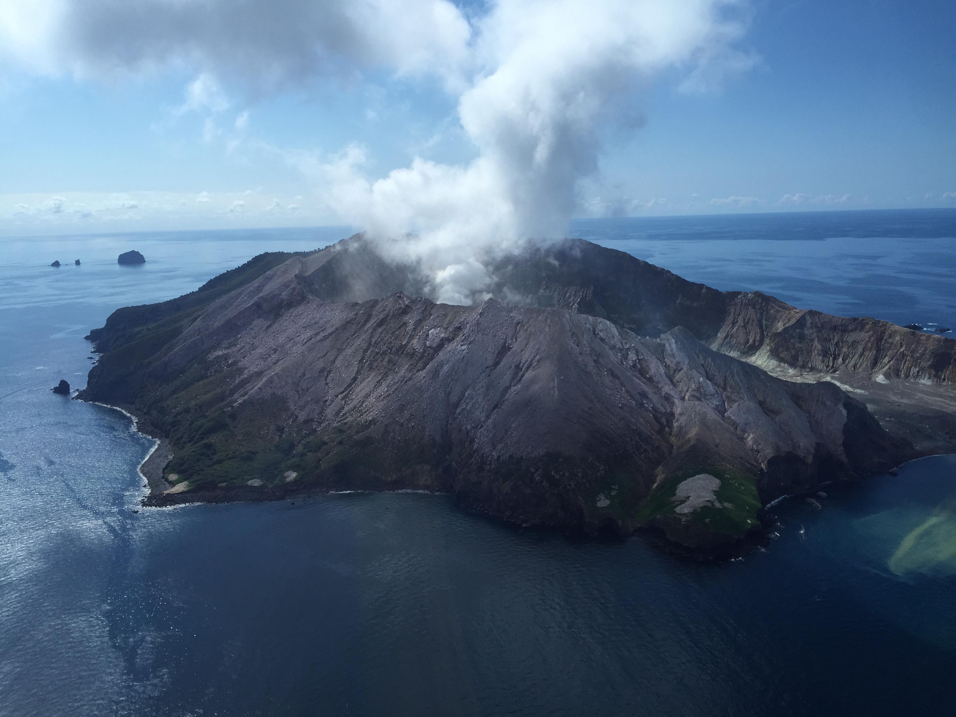 新西兰怀特岛火山突然喷发已致一人死亡
