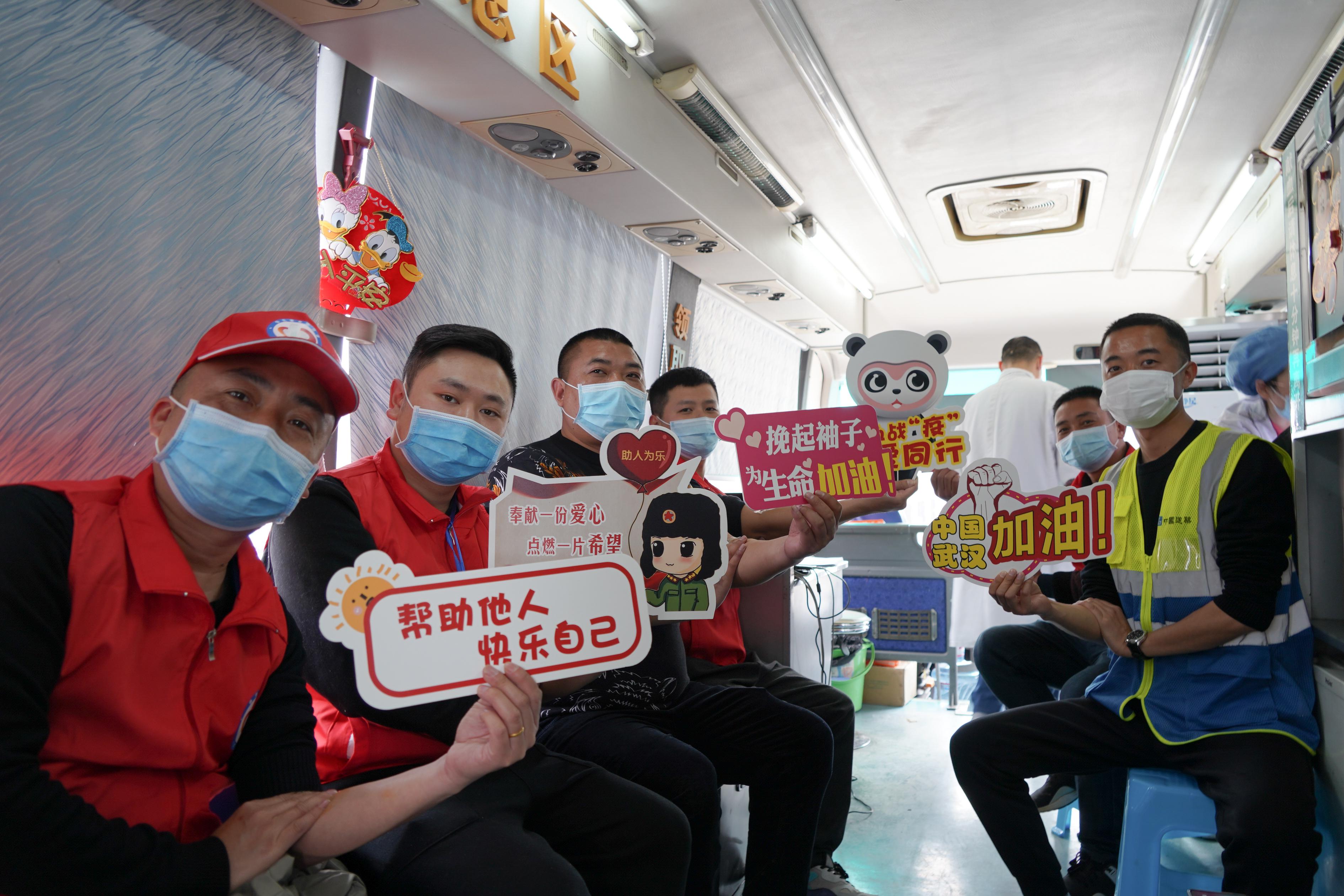 成都:青年志愿者踊跃献血