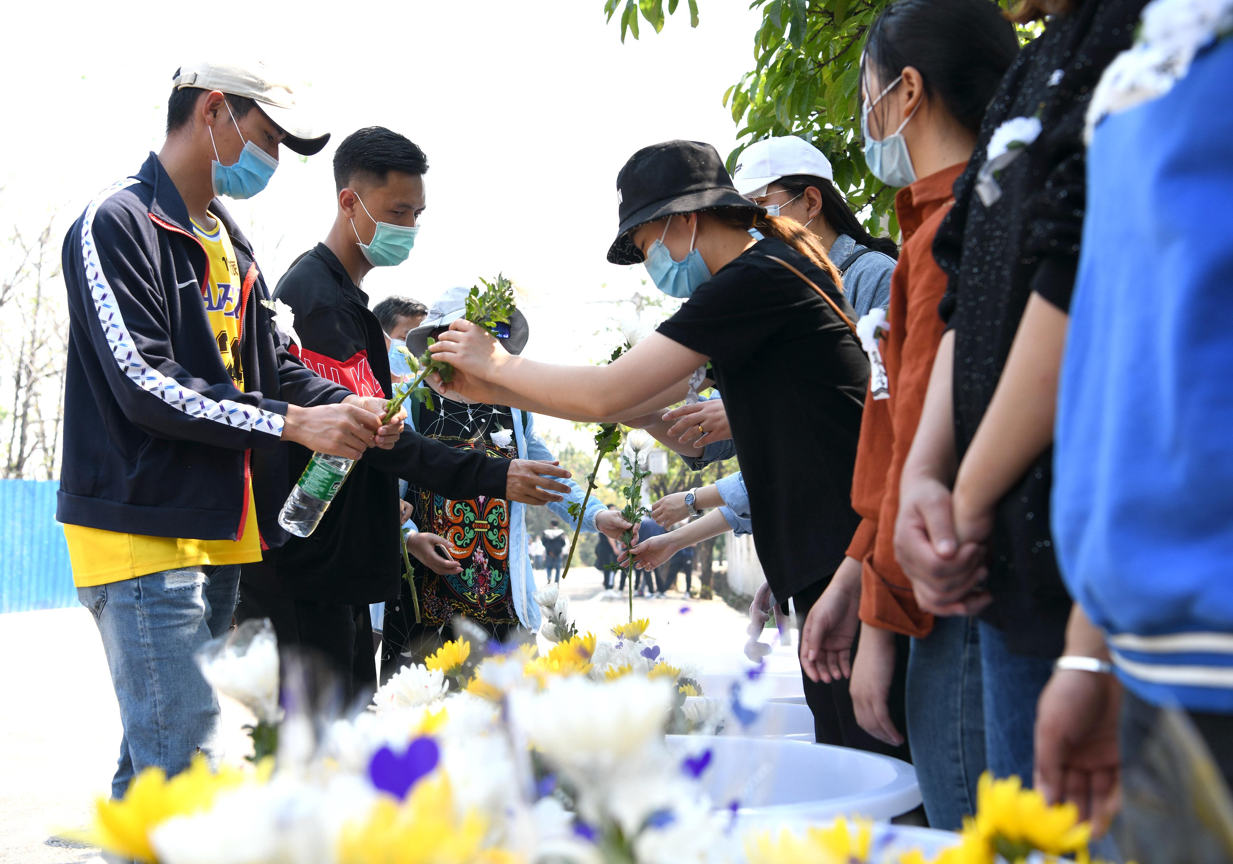 群众自发前往西昌市殡仪馆悼念牺牲的扑火英雄