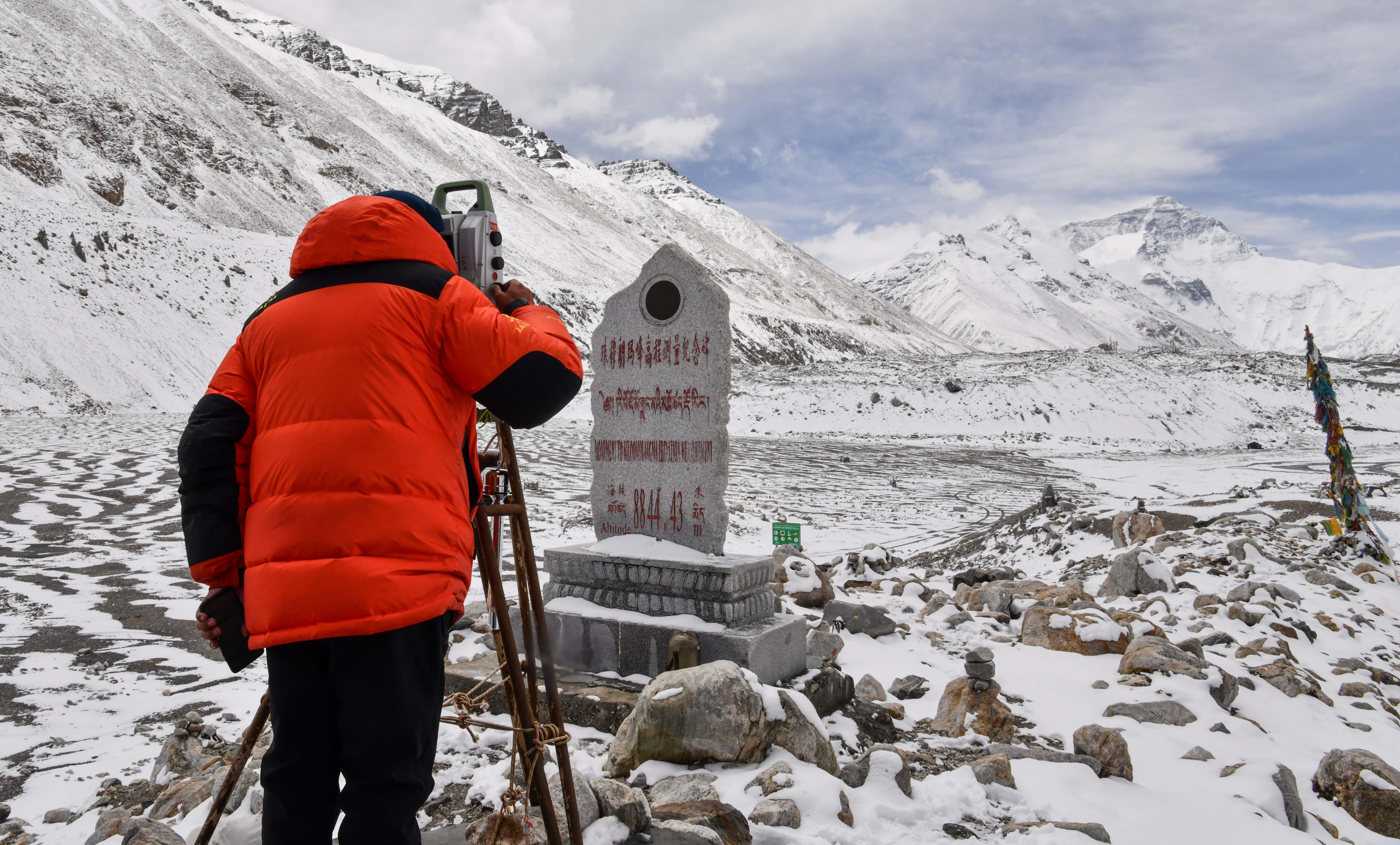 自然资源部第一大地测量队对珠峰峰顶进行交会观测