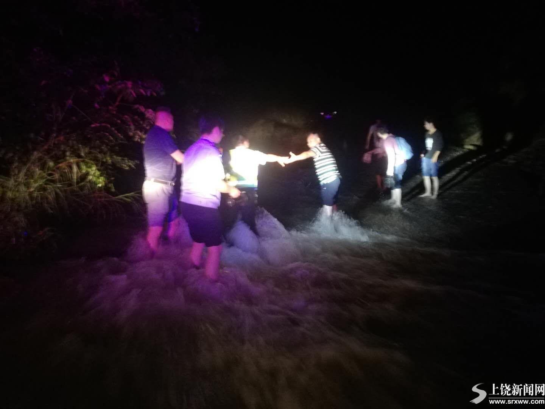 暴雨引发塌方阻断道路4人被困 民警救助脱险