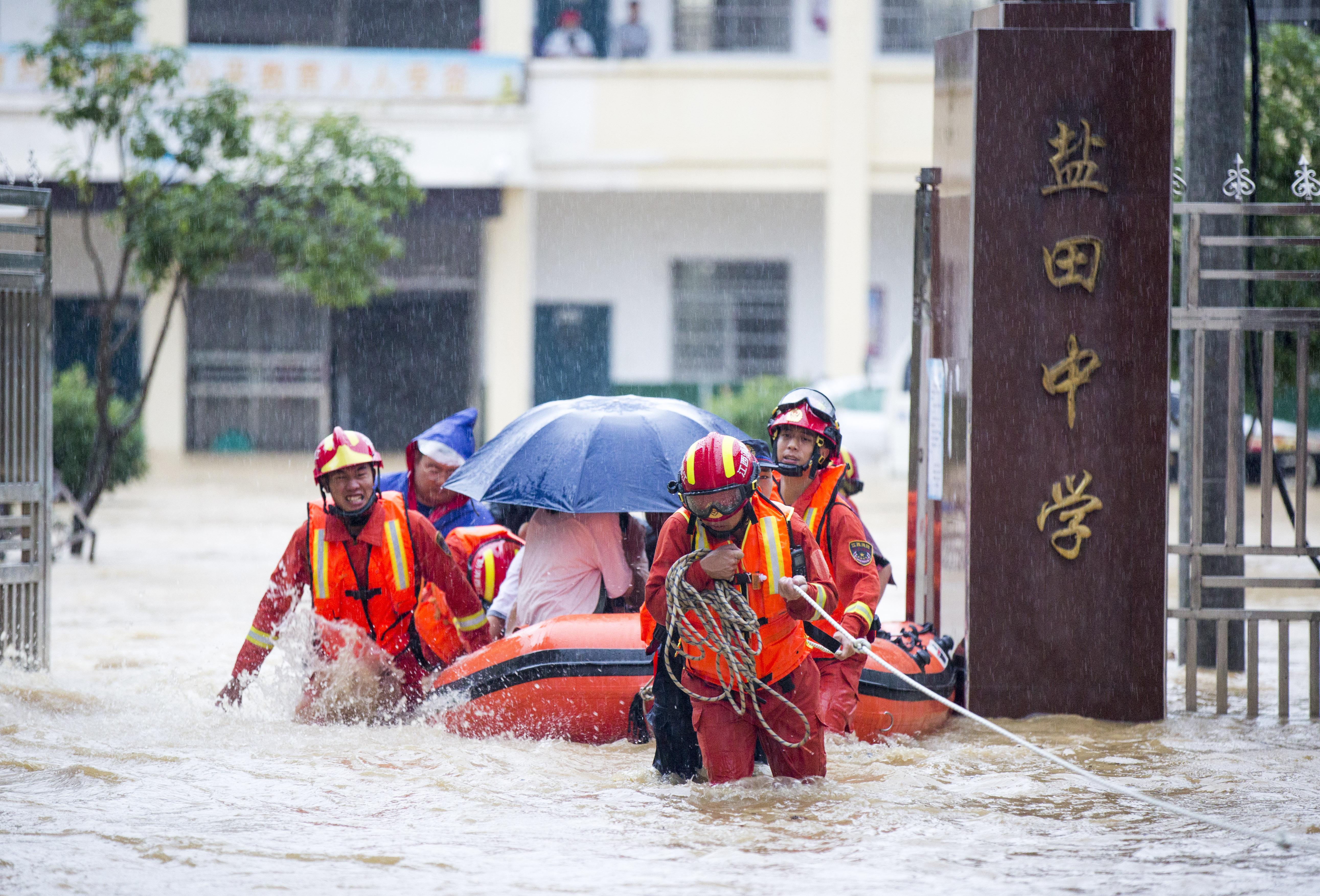 江西都昌遭暴雨袭击 400余名师生安全转移