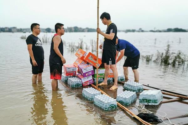 鄱阳县谢家滩镇组织党员干部抢险救灾
