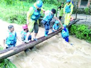 山洪肆虐4群众被困 蓝天救援队步行5公里救出