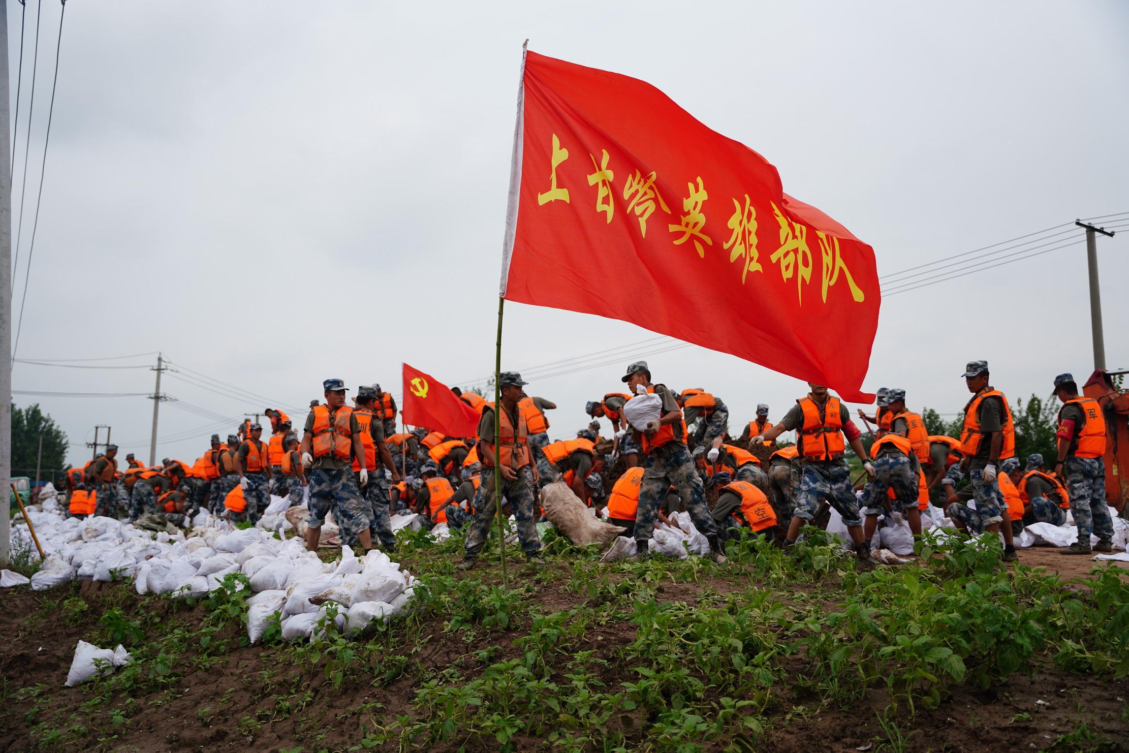 洪水不退,子弟兵誓死不退——解放军和武警部队官兵参与
