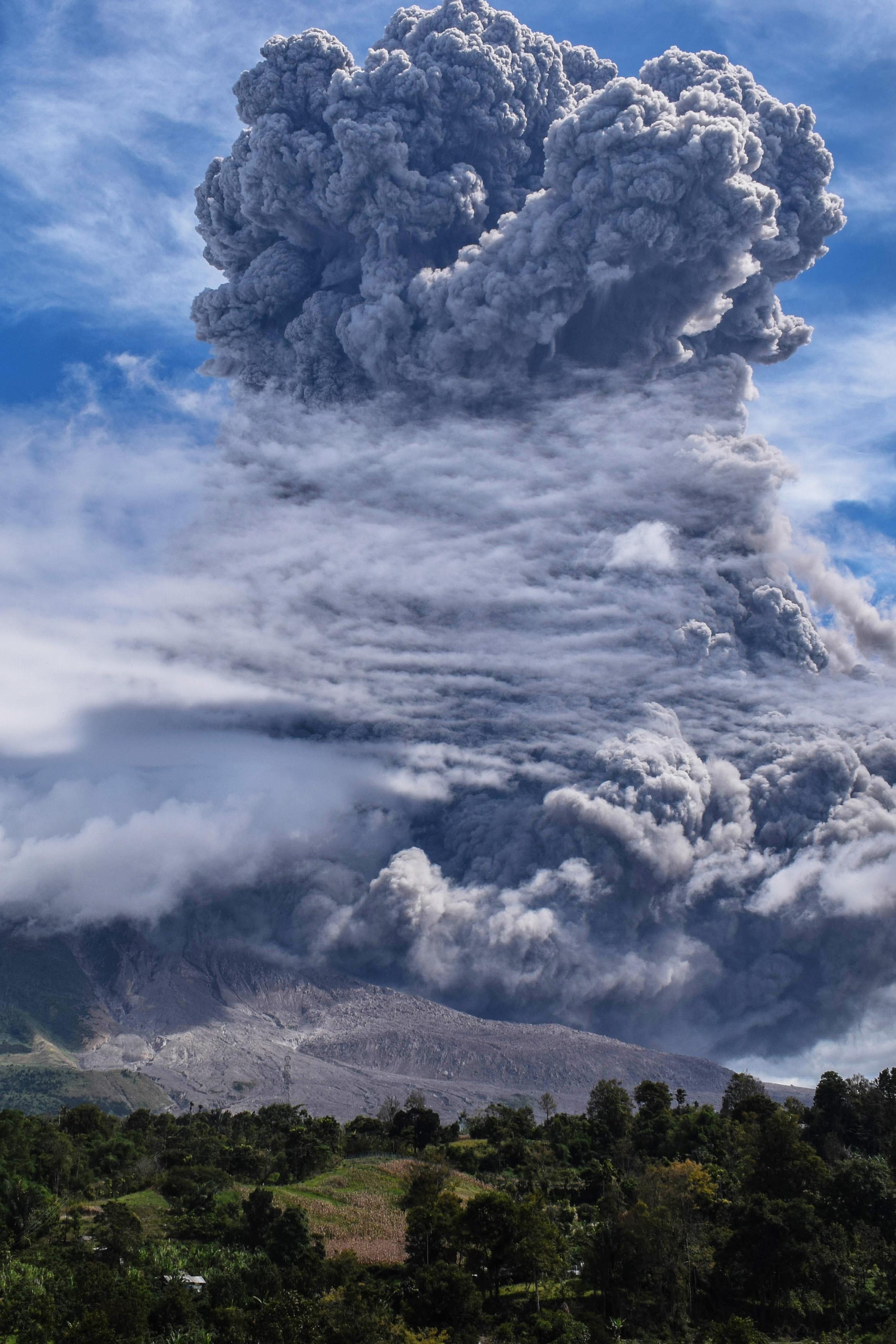 印尼锡纳朋火山喷发