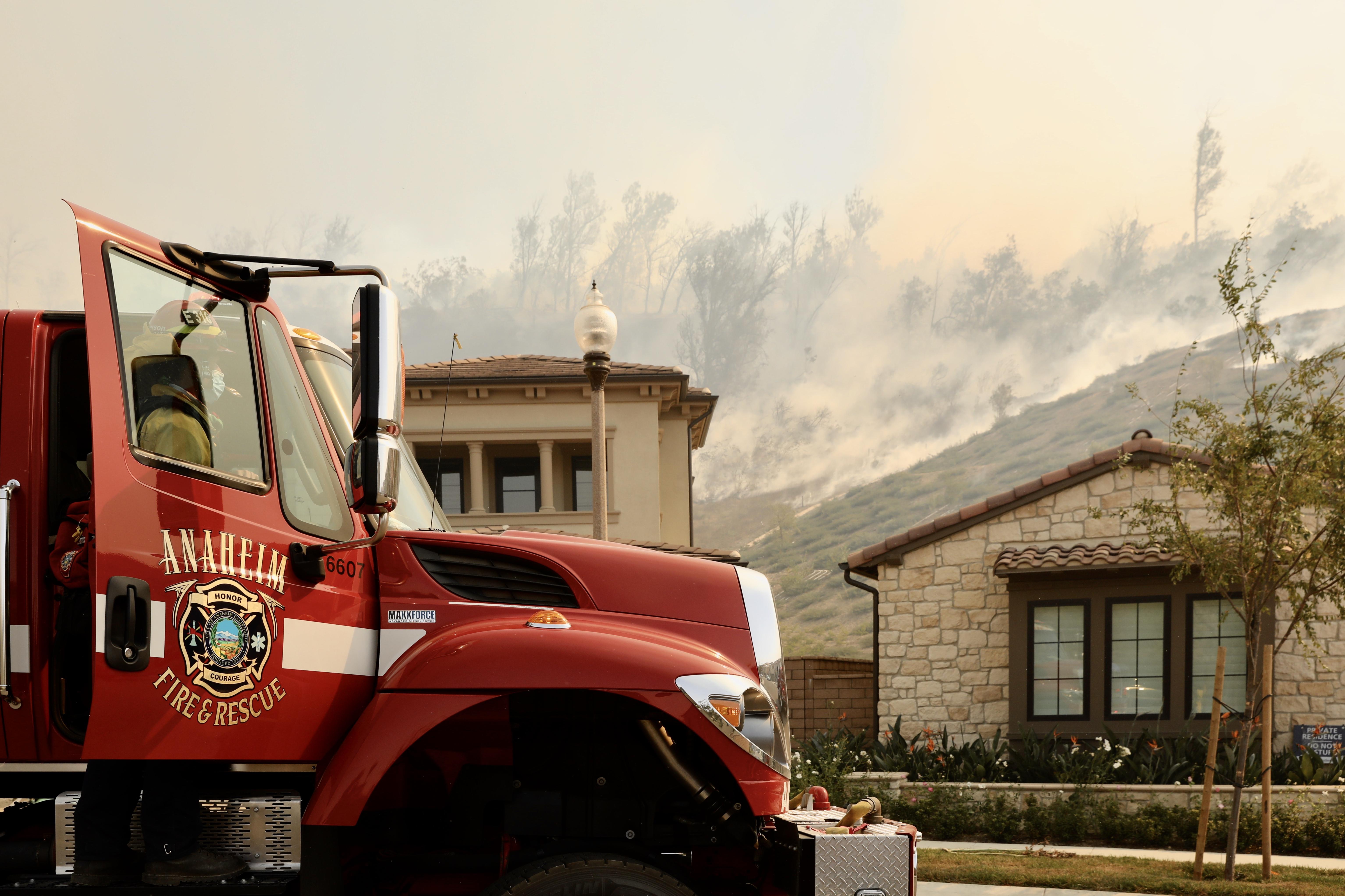 美国加州南部野火导致数万居民被迫撤离