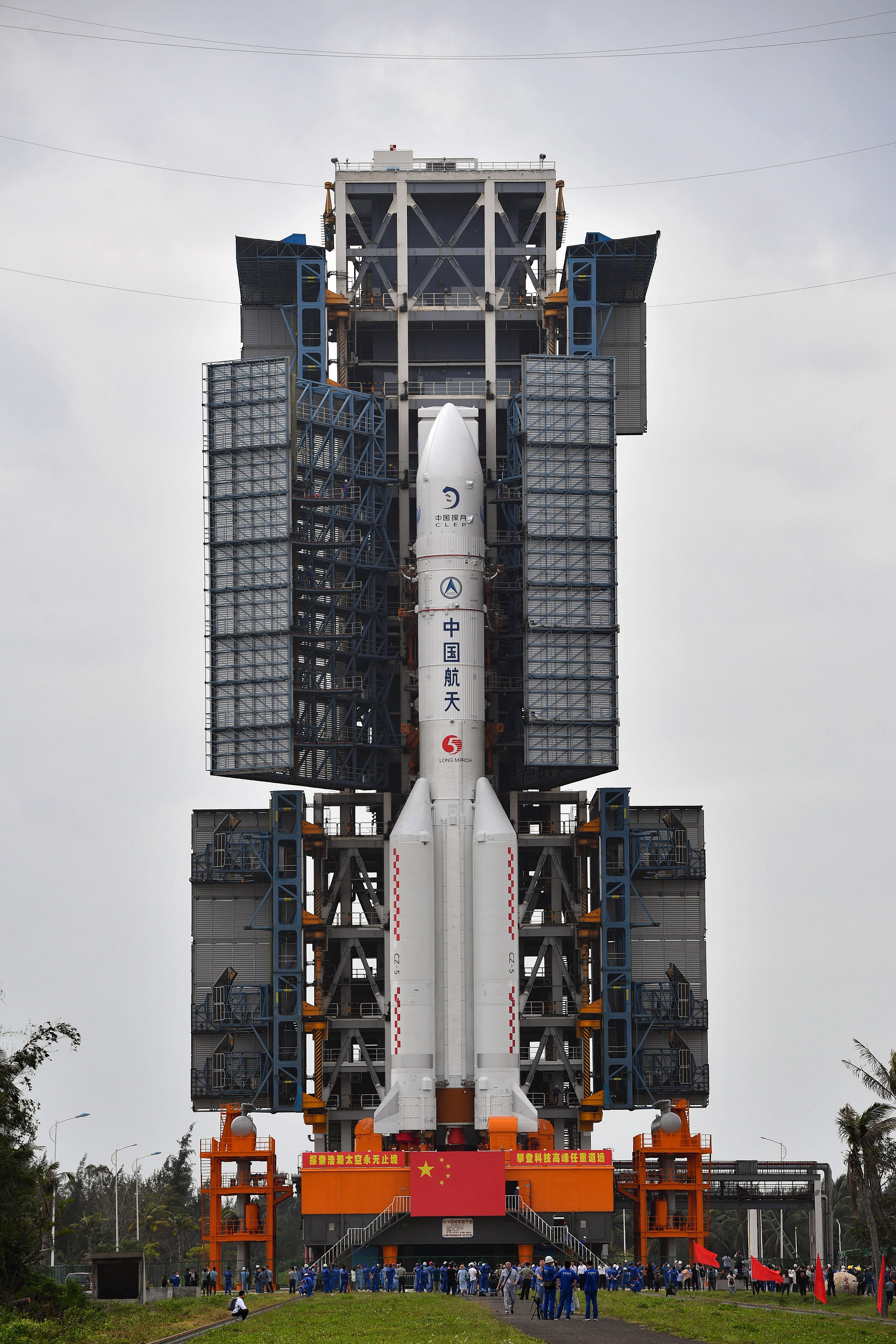 长征五号遥五运载火箭垂直转运至发射区 计划11月下旬择机