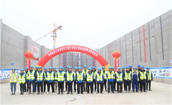江西首个三角闸门在信江双港航运枢纽项目拼装成功